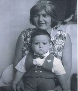 Photo of Francisco Ibáñez-Carrasco as a child and their mother
